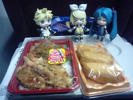 洞爺駅に停車。夕食は函館駅で買っておいたエコノミー弁当w