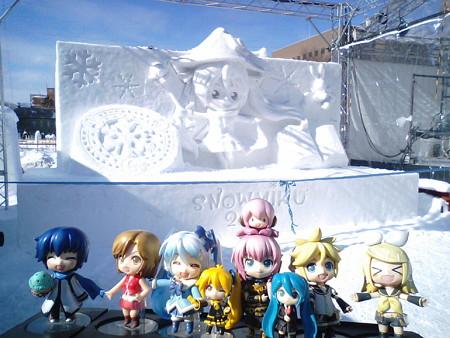 雪ミク:「西11丁目会場です! 昼間の雪ミク雪像の前で、記念パチ...