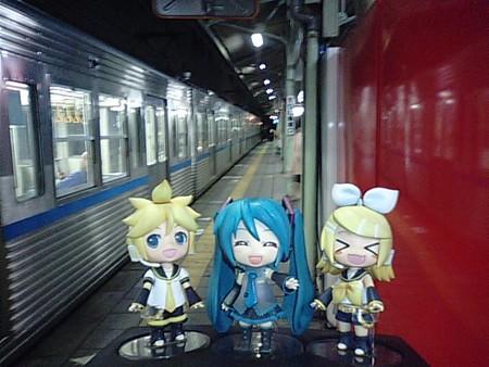 ミク:「熊谷駅に到着ですー♪」 リン:「さぁー肉食べるよ肉!!」
