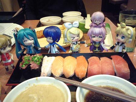 リン:「お寿司キターーーーーー!!」 ルカ:「きゃあぁぁぁぁッ!!...