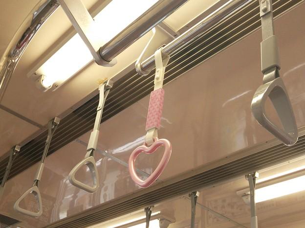 写真: ハート型のつり革を発見!!