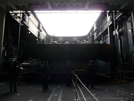 121012-ひゅうが 格納庫から船首リフターUP (60)