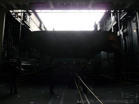 121012-ひゅうが 格納庫から船首リフターUP (80)
