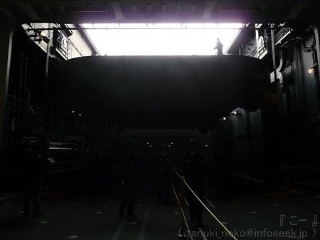 121012-ひゅうが 格納庫から船首リフターUP (90)