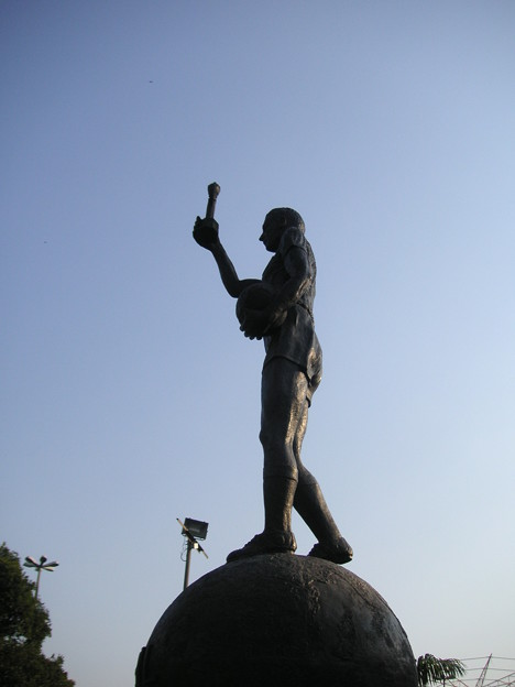 スタジアム正面銅像