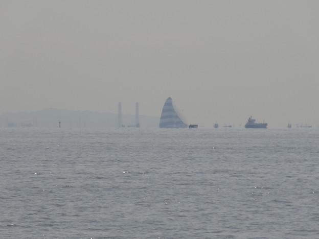風の塔と船