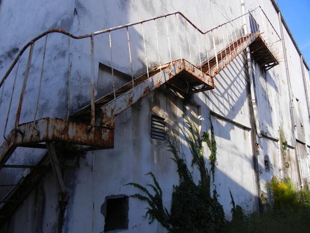 写真: 廃墟となった映画館 (群馬県高崎市)