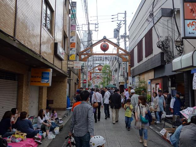 賑やかな野毛の通り (横浜市中区野毛町)