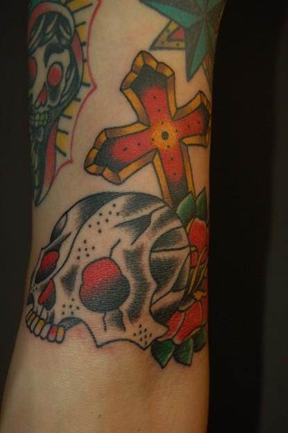 顎なしスカルとクロスのタトゥー skull and cross tattoo