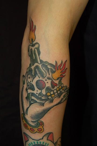 手のひらで溶けるスカル candle skull tattoo