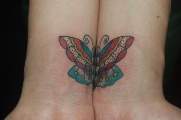 両手でひとつの蝶のタトゥー Symmetry Butterfly Tattoo