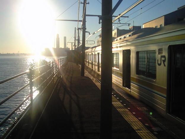 大晦日の夕日に照らされた鶴見線205系 (海芝浦駅にて)