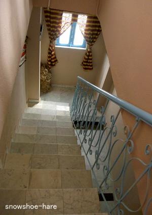 狭くて急な階段(3→2階)