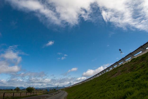 歩道と車道と空と雲