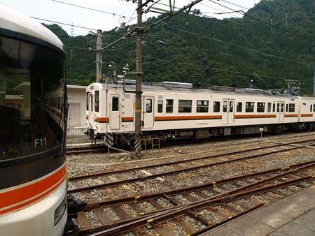 119系と373系特急伊那路1号(中部天竜駅)