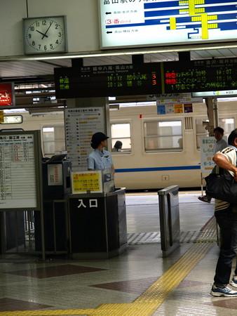 富山駅改札口4