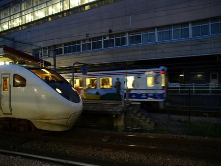 681系とHK100形(越後湯沢駅)1