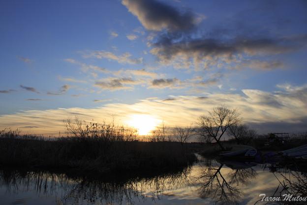 初日の出と水面