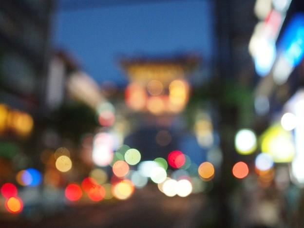 先ほどの中華街側からの東門の写真を同じ場所でわざとピントを外したら面白い描写に。