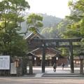 写真: 出雲大社 銅鳥居と西日射す境内
