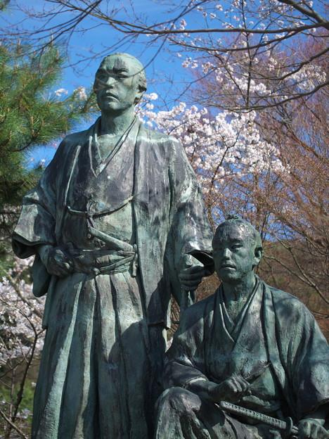 写真: 桜を背負う幕末の志士たち