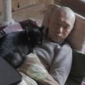 写真: お疲れすーさんと黒猫