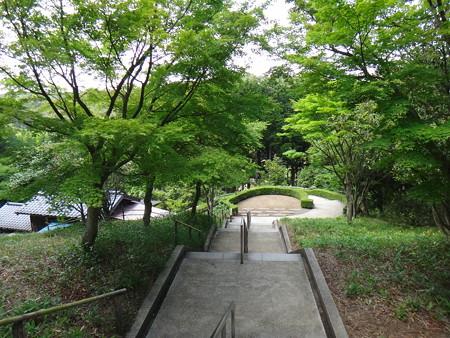 日本庭園へ向かう階段
