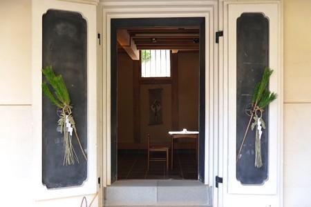 2013.01.04 長屋門公園 蔵の扉に松飾