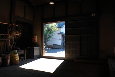 2013.01.04 長屋門公園 母屋 土間から玄関越しに蔵