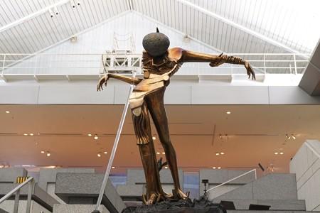 2013.04.27 横浜美術館エントランスホール 未来の女神?