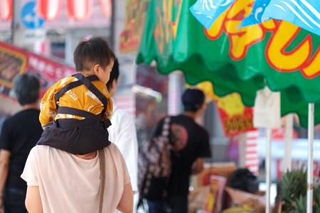2009.08.04 富士市 甲子祭 ママに肩車の王子