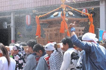 2009.08.04 富士市 甲子祭 神輿に水