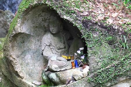 2013.11.04 佐賀 清水観音 川中の岩に彫り込まれた坐像仏