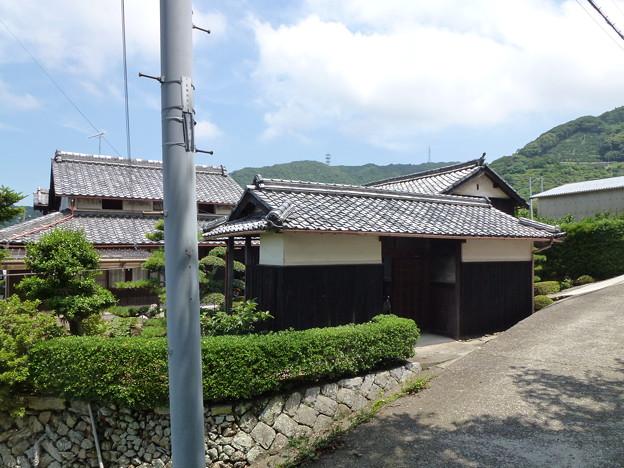 Photos: 日吉神社前の門型倉庫のあるお宅