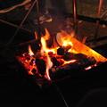 写真: 焚き火を眺める