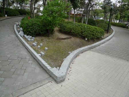 2013年4月19日 マンション敷地内東側通路