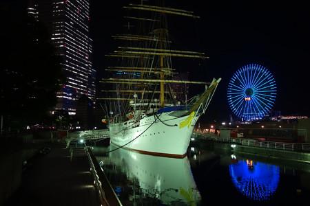 夕暮れに浮かび上がる日本丸!