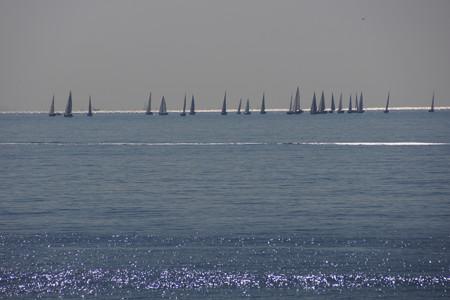 初春の海にヨット130113