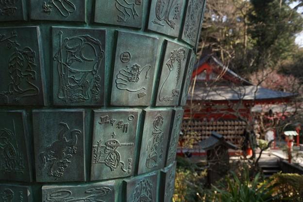 写真: 絵筆塚と本堂!140118