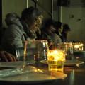蝋燭油の灯かりで