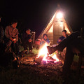 Photos: 火を囲み、自転車談義に華が咲く