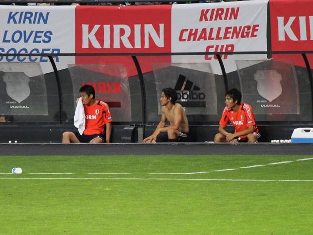 交代した長谷部選手・岡崎選手・前田選手。一人半裸。