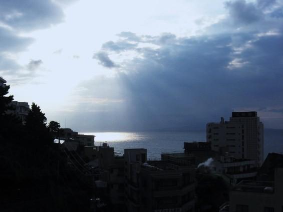 早朝の海に降り立つ梯子
