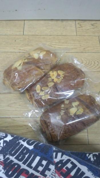 Photos: 今日やったテストのパン3つ...
