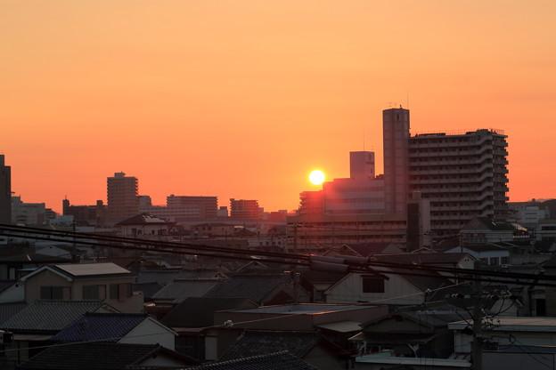 写真: 街の朝焼け