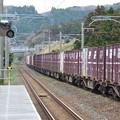 写真: 信号待ちをする貨物列車