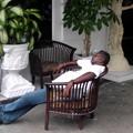 高級コンドの入口で居眠り。平和ボケ