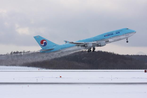 B744 雪を撒きながらTakeOff