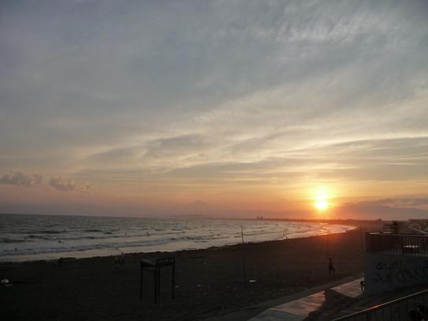 湘南海岸に沈む夕日と富士山