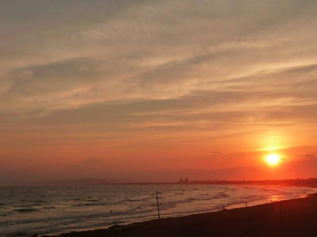 湘南海岸に沈む夕日と富士山3